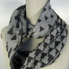 Infinity scarf with a triangles pattern